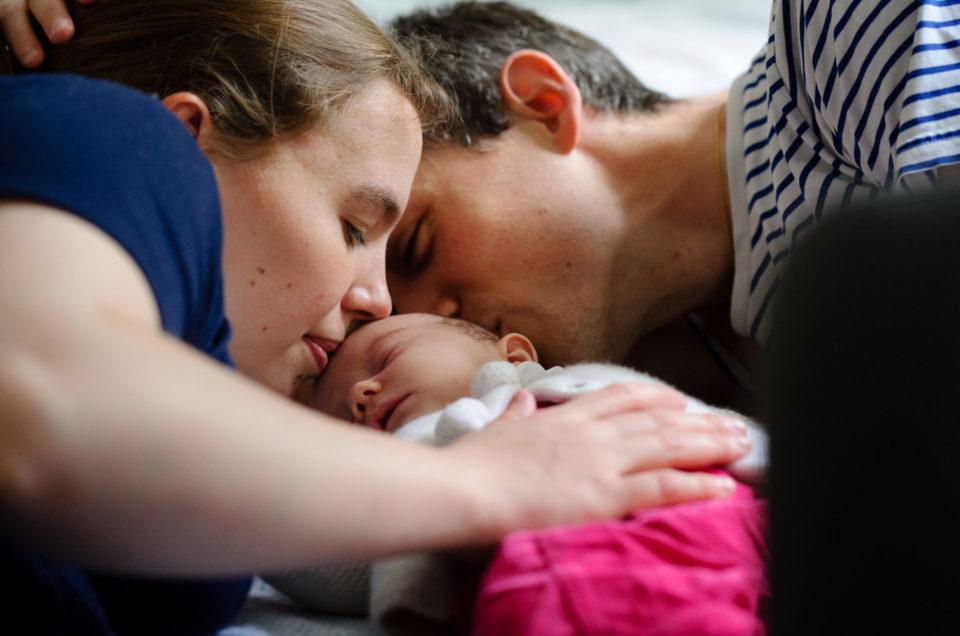 Séance photos naissance à domicile en lifestyle
