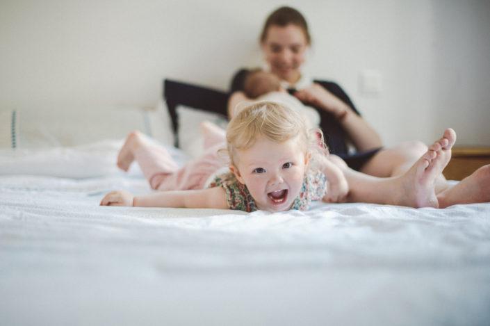 Séance photos de famille à domicile, enfant entrain de rire et de s'amuser - ValOrel Pohotgraphe